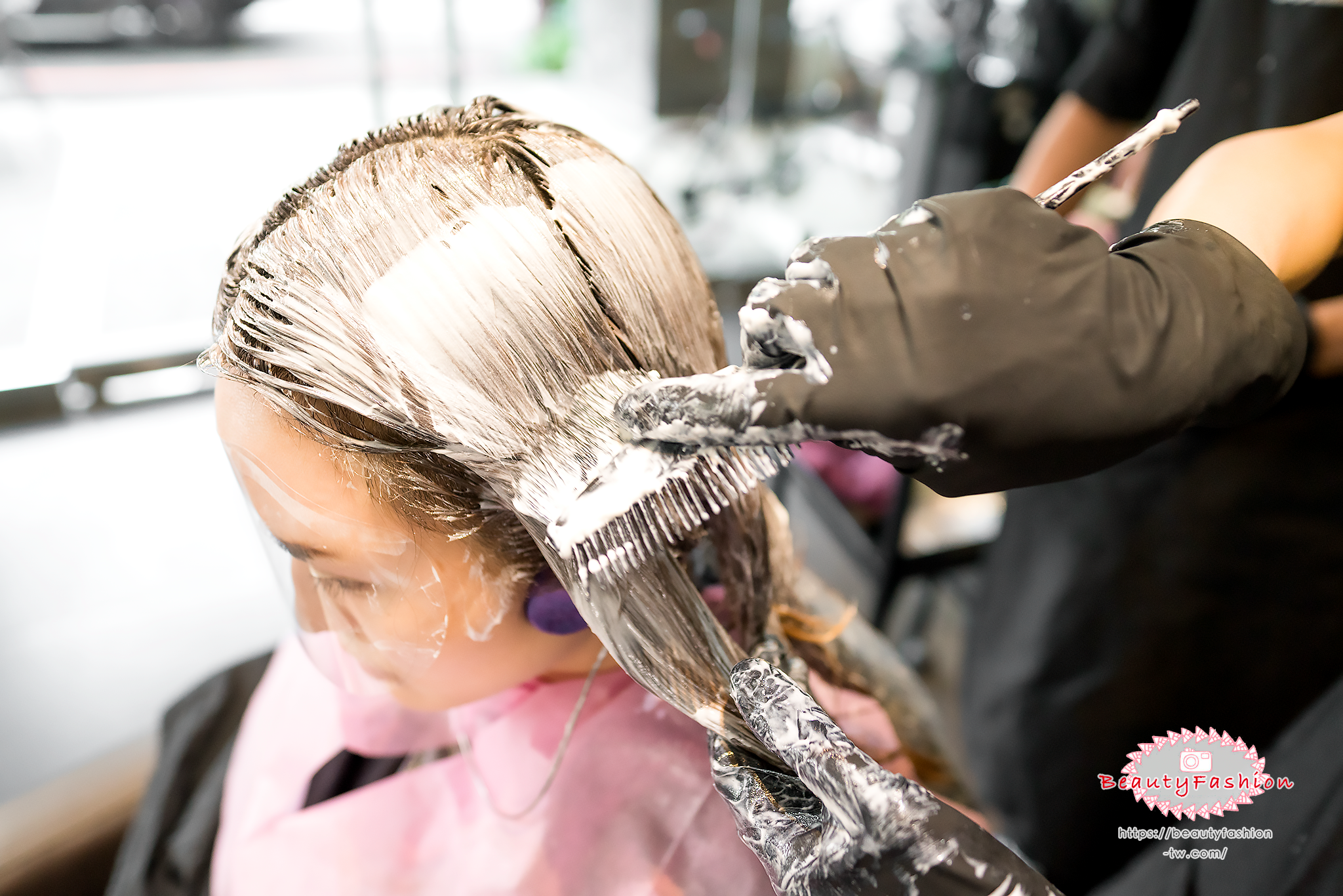 {台中美髮}染髮,燙髮,護髮三合一,不踩雷推薦「夏森美髮」,發質健康又美麗。